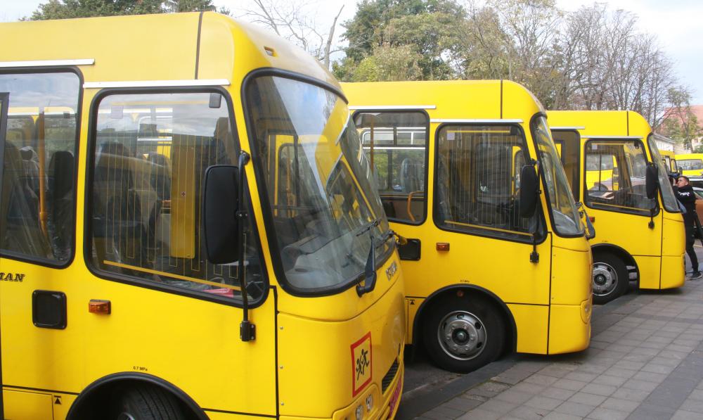 Громадам Львівщини передали 12 шкільних автобусів