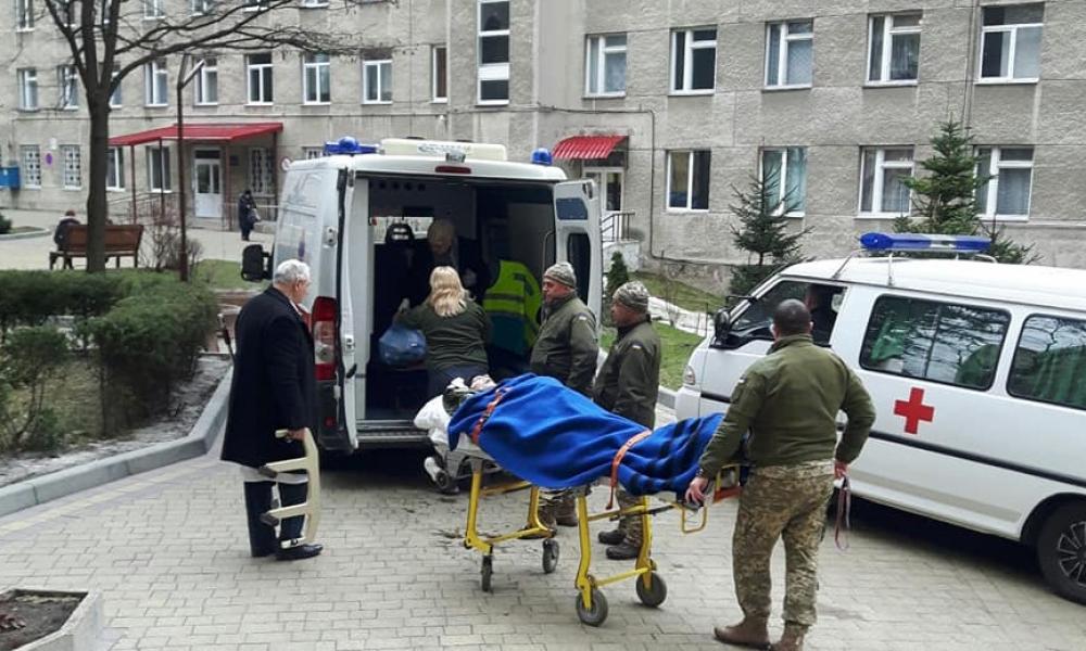 До Львова прибув борт із 11 пораненими бійцями. Волонтери просять про допомогу